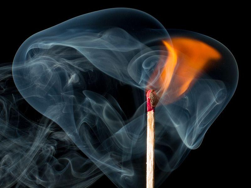 zabezpieczenia ogniochronne płomień zapałki otoczony dymem